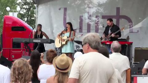 Jetty Rae performing